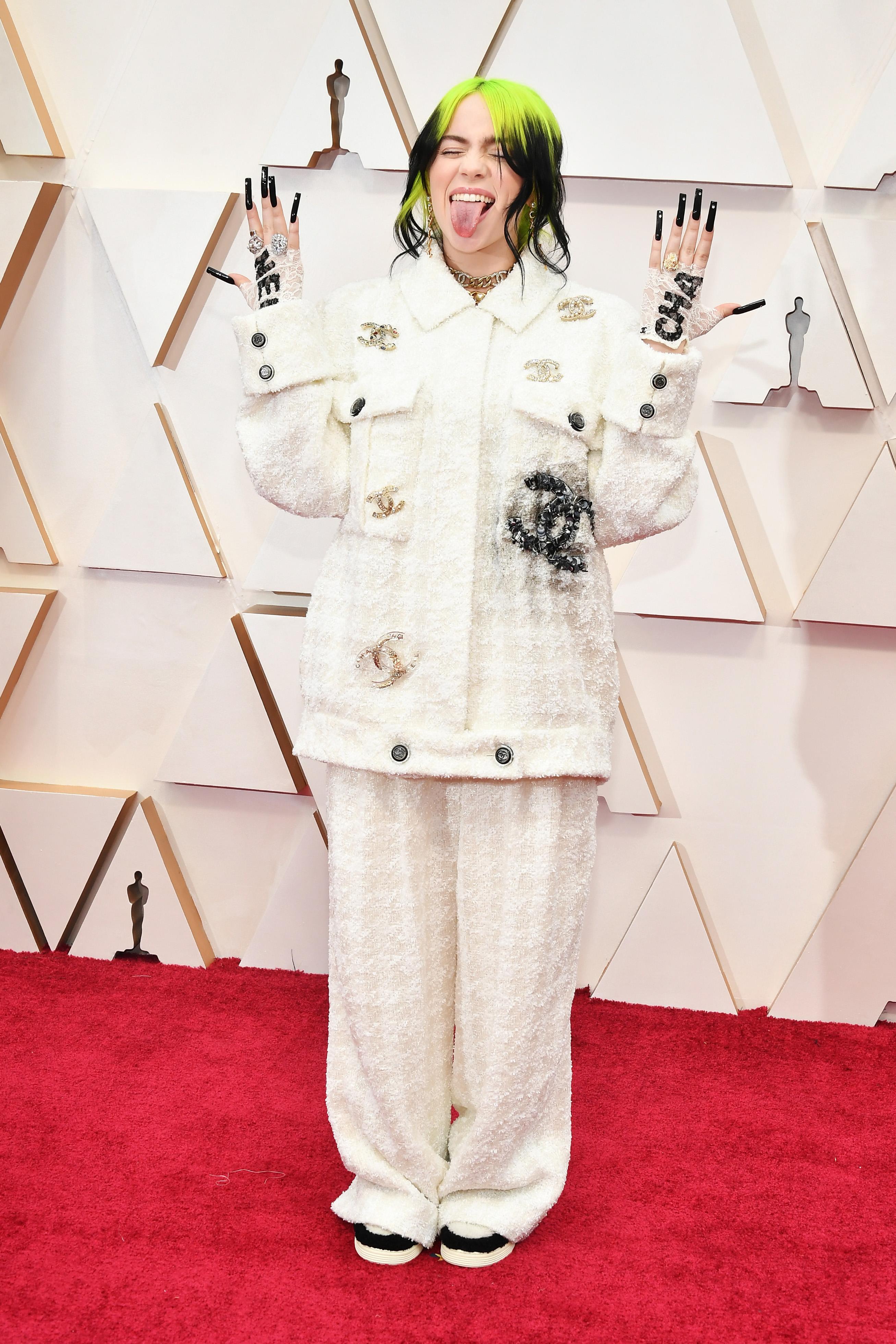 Billie Eilish в Chanel Изпълнителката има свой разпознаваем стил, а Chanel костюмчето е приятно включване сред останалите дрехи в гардероба й.