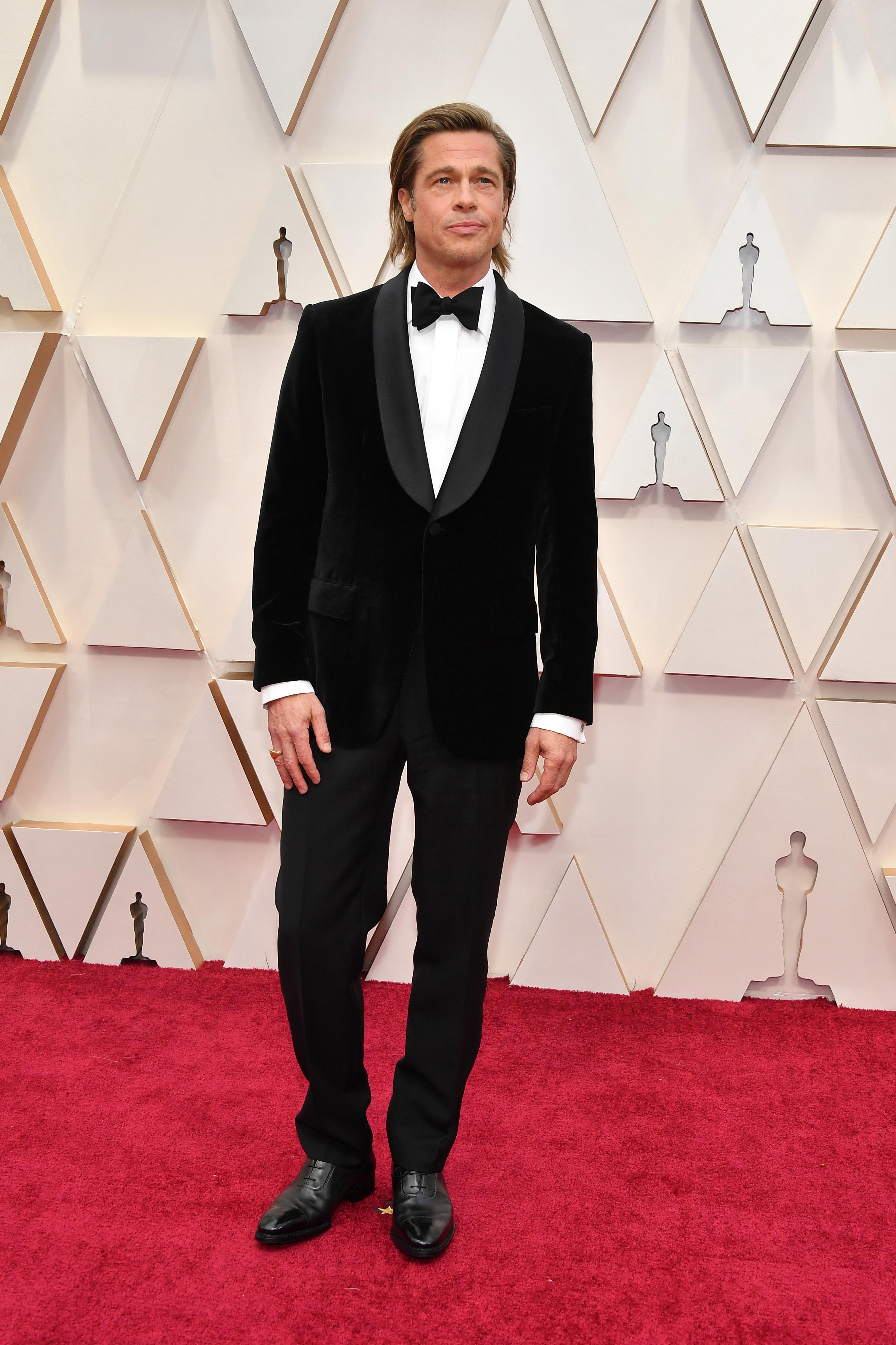 Брад Пит  Когато изглеждаш като Брад Пит не е трудно да обереш овации и за най-добре облечен актьор. Смятаме контраста между кадифеното сако и вълнените панталони за добър fashion statement.