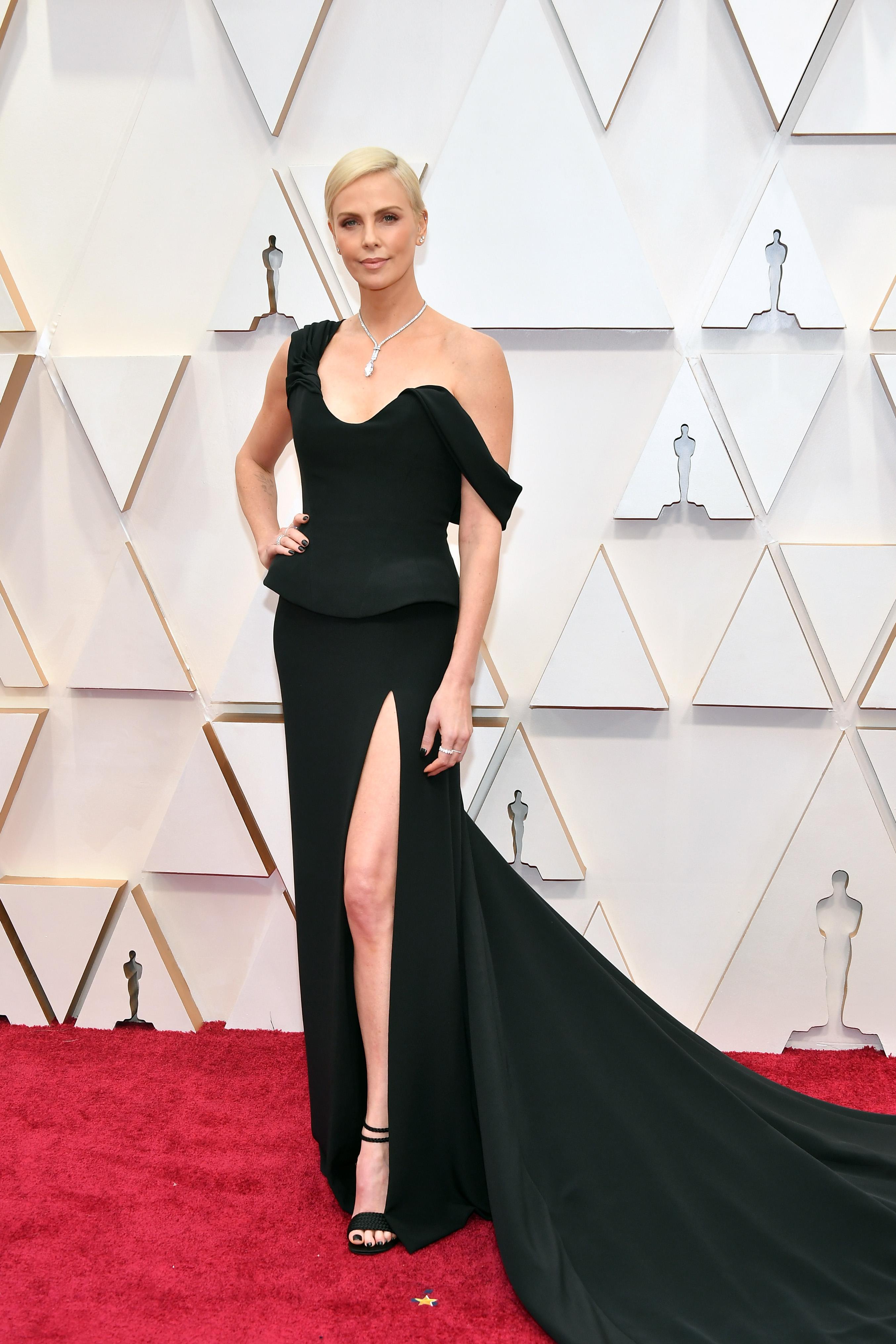 Чарлийз Терон в Dior  Dior е почеркът на актрисата, говорейки за червен килим, а умерено предизвикателната черна рокля е поредното добро попадение.