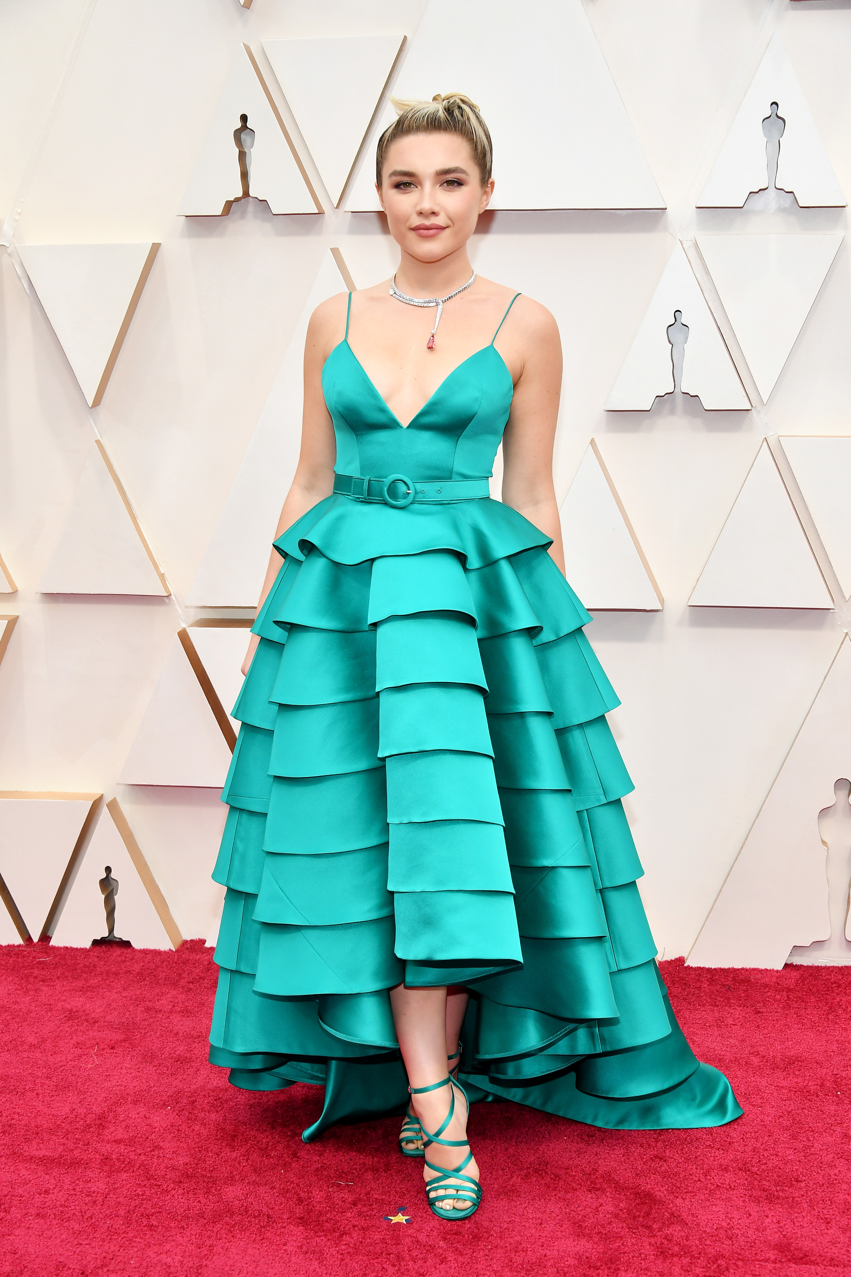 Флорънс Пю в Louis Vuitton Актрисата все по-често бива категоризирана като моден експериментатор с изключителен стил, но тюркоазената рокля на пластове не й прави комплимент. Даже напротив, повдигаме неодобрително вежди.