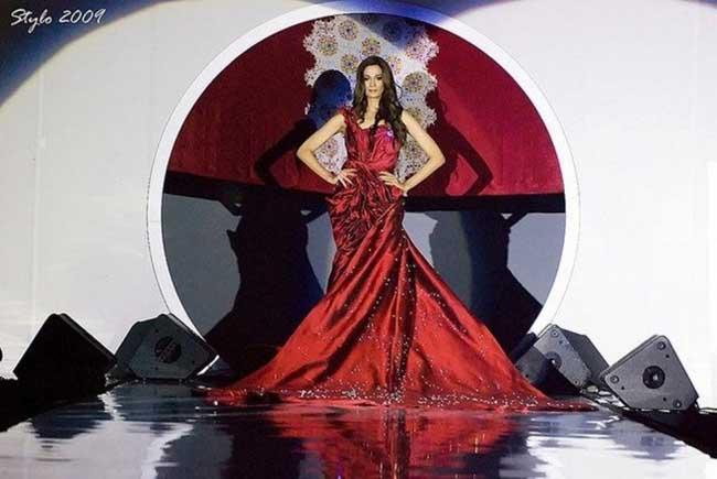 """1. 30 милиона долара  За съжаление на роклята, а за наша голяма радост, тук приключваме с 10-те най-скъпи рокли на планетата Земя. НАЙ-СКЪПАТА, да, любими читатели, това е на НАЙ-СКЪПАТА рокля, сътворена от ръцете на Faiyzali Abdullah. Тази торта е направена от сатен, тафта, шифон, коприна, 70-каратов крушовиден диамант, 751 Сваровски кристали и.т.н, и.т.н, и.т.н. Показана на """"STYLO Fashion Grand Prix KL"""" през 2009 година. Струва 30 милиона долара... мълчим."""