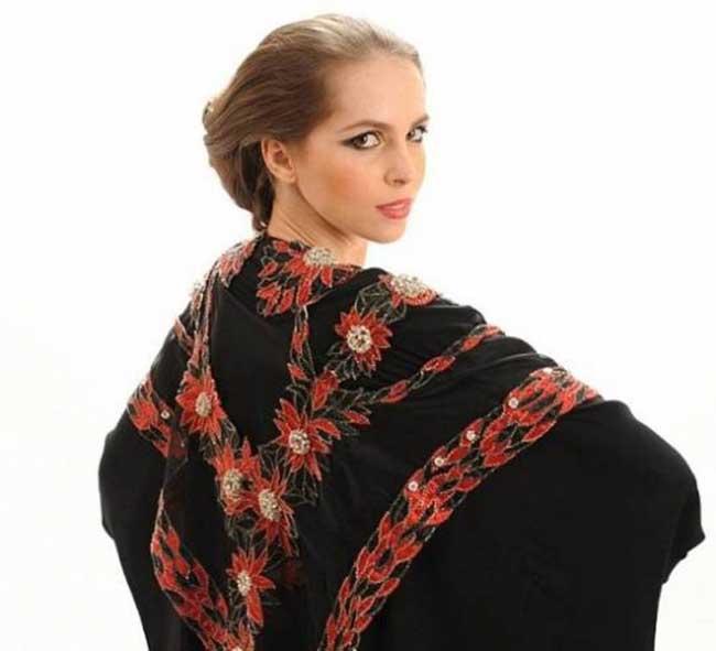 """2. """"Abaya"""" Това е най-скъпата мюсюлманска рокля на планетата с цена от 17.6 милиона долара. Знаем, че е грозничка, но факт е, че Abaya включва 2 000 червени, бели, черни диамнти и 14 карата злато.  Това невиждано дело е изработено в Дубай от Debbie Wingham, същата селянка с рокля номер 4. Ще ви спестим от негативните дискусии, денят е слънчев."""