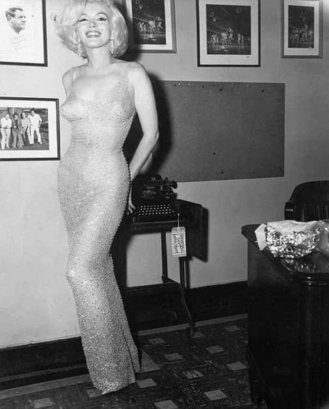 """6.  1.3 милона долара  за на Мерилин Монро """"Birhday dress"""" Ако бяха диамантите най-добрите приятели на Мерилинка, нямаше да носи пайетена  рокля, която блестящо имитира сиянието на нейните best friends.  Създадена от ръцете на Jean-Louis Berthaulto в далечната 1961 година, първоначалната й  цена е 12.000 долара. След смъртта на иконата се покачва леко до... 1.3 милиона долара. Монро облича тази рокля за рождения ден на обичания си мъж Джон Кенеди."""