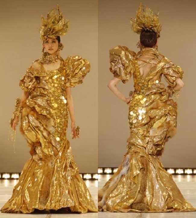 """7. """"Саркофаг"""" на Ginza Tanaka  Уф ... Горката жена, май този път се е объркала. Ужасна рокля!!! (ако може да се нарече """"рокля"""")  Японката този път... както я похвалихме за """"Златната Сахара"""", сега ще се въздържим от коментар. Направена от 150.000 Австралийски монети, тя тежи 10 килограма, представена е на Fashion Week Tokyo 2007, а цената й е 267,948 долара."""