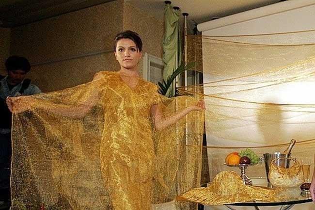 """8. Златна Сахара by Ginza Tanaka Снимките няма да ги коментираме, просто са стари и епични. Не знаем  какво по-точно е главното вдъхновение на  дизайнера за това творение, но текстурата на роклята е уникална като """"ембриона""""  на пясъчната буря в Сахара. Струва 245.000  долара и е изцяло изработена от златна тел, тежаща един килограм и сто грама. Винаги ще бъде модерна и си заслужава парите, дефинитивно!"""