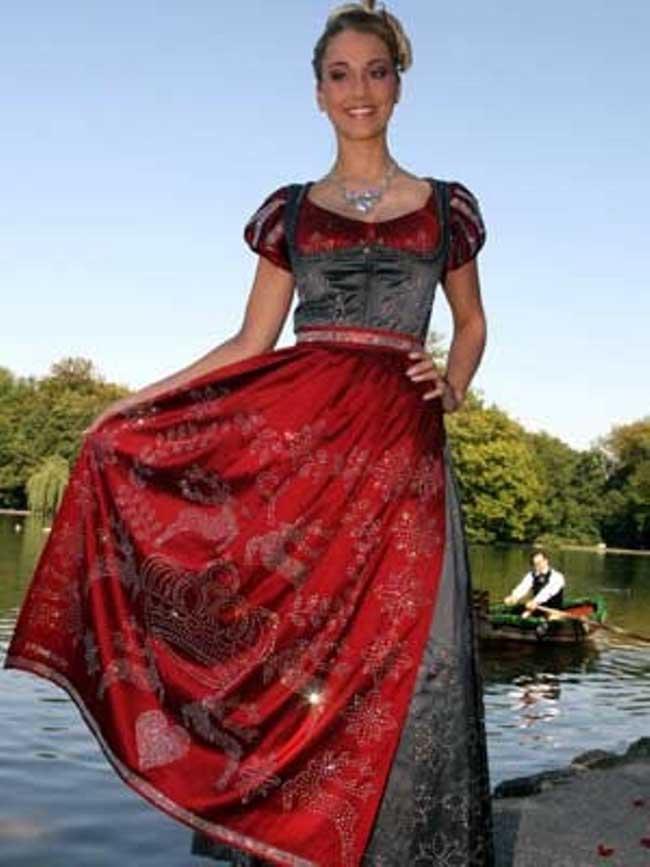 """9. Сваровски """"Dirndl Dress"""" – 127,000 долара По-точно, с наши думи """"Млекарката от Мюнхен"""". Немската средновековна млекарска рокля за пръв път излиза наяве през 2006 година в Мюнхен, декорирана с хиляди сваровски кристали и разделена на две части: палеолитски корсет плюс разкроена ренесансова пола. Извинете за саркастичната терминология, просто нямаше как."""