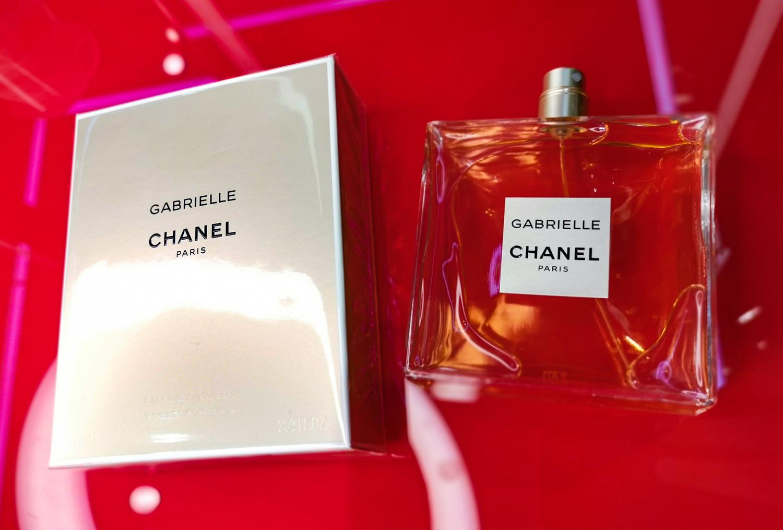Gabrielle CHANEL Композиран от личния парфюмерист на Шанел, Gabrielle е аромат на въображаемо цвете, поставено в центъра на букет от Жасмин, Иланг-иланг, Портокалов цвят и най-пленителното цвете от всички - Туберозата. Интензивно женствен, ароматът Gabrielle CHANEL е уханието на сияещата, неотразима жена.