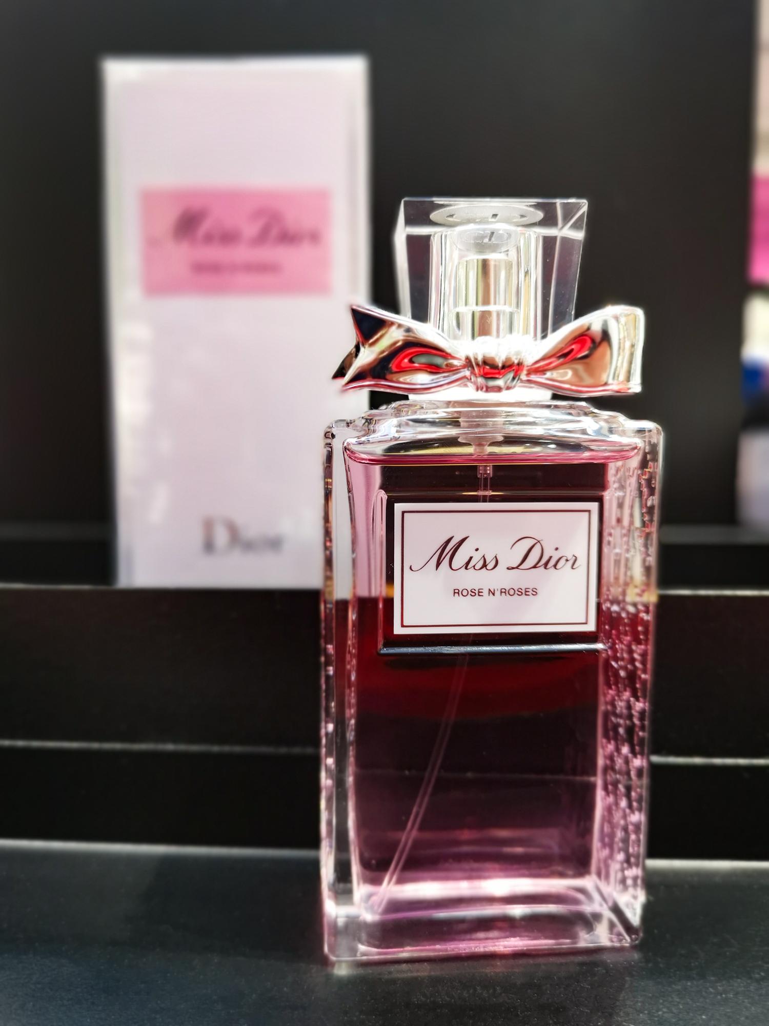 Rose N'Roses MISS DIOR Rose N'Roses е блестящ флорален аромат, изобилстващ от розови нотки, обогатени с щипка Бергамот и извисени чрез интензивността на масло от Бял Мускус. Ароматът на Miss Dior вариацията е ухание, което те хваща и pretty much никога не те пуска - незабравим.