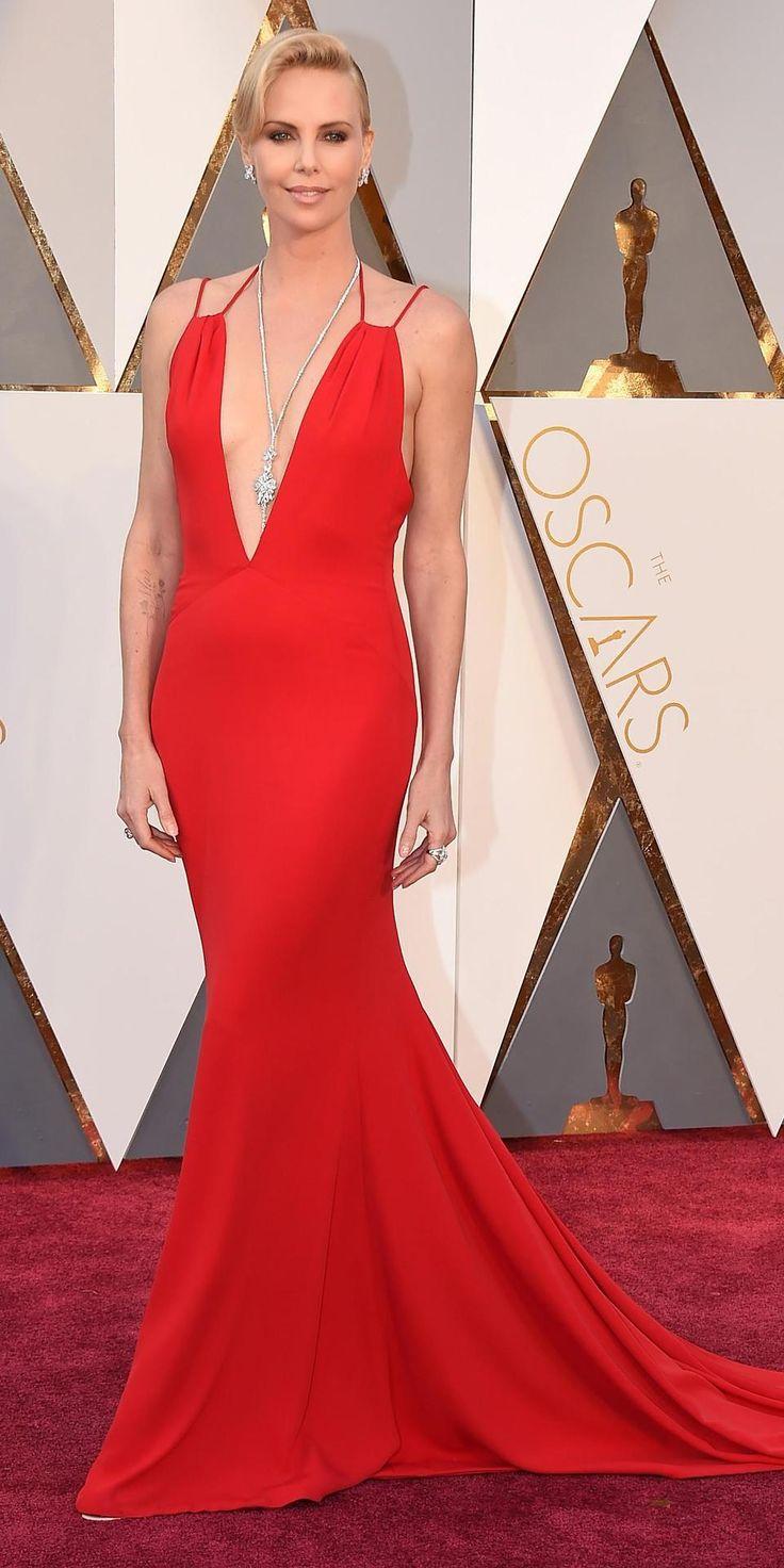 След като нашата уважаема фешън аудитория противоположно се изясни about нашата критика за подбора на нелепия червен нюанс на София Вергара, включително и самия дизайн на роклята, разходена от латиноамериканската актриса, днес силно се надяваме, че пигментът на червения цвят ще задоволи апетита на удовлетворяващото общото мнение на по-голямата част от виртуалната ни публика. Така... Да започнем от безупречния силует и кройка на тази рокля, през сребърно-димантното колие и обеци, с цел да финализираме тази прекрасна фешън ситуация с кристално чисто 6 и гръмогласни аплодисменти за Чарлийз Терон.