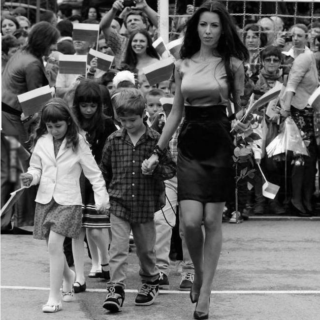 Силвия ЗубеваУчителката, която доби рекордна популярност, заради привлекателната си визия, със замах заслужи своето място в тазгодишната ни класация. Тя е ярък пример затова как младите български жени могат да изглеждат прекрасно, докато заемат заслужена академична длъжност.
