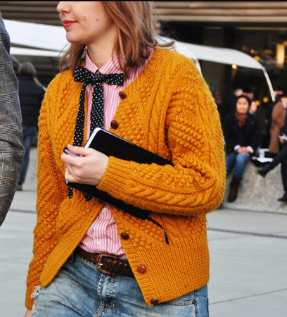 Американски уютТопли цветове, дебела плетена жилетка, свободни джинси и детайл панделка. via Style.com