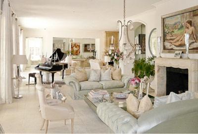 Италиански лукс Италианският луксв най-чистата си форма е култивиран кич, но единственов италиански дом кич не звучи лошо. Характерни за него са високи тавани,големи стаи, злато, сребро, много цветове, кожа, много дърворезба и т.н.