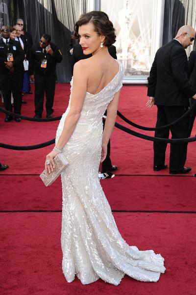 Мила Йововия в Elie Saab на наградите Оскар 2012.Класическа красота с едно голо рамо - абсолютният летен хит.