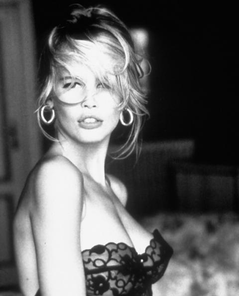 Клаудия Шифър е едва на 17 години, когато Карл Лагерфелд я вписва като модел за Chanel. По-късно жестока рекламна кампания на Guess изиграва определяща роля в кариерата й и благодарение на приликата й с Бриджит Бардо се превръща в световна звезда.