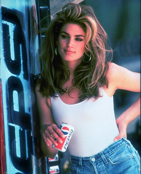 За типичното американско момиче Синди всичко започва, когато е на 26 години. Крофорд краси хиляди корици на списания, участва в онази емблематична реклама на Pepsi и се жени за секс символа - Ричард Гиър, но любовта им трае едва 4 години.