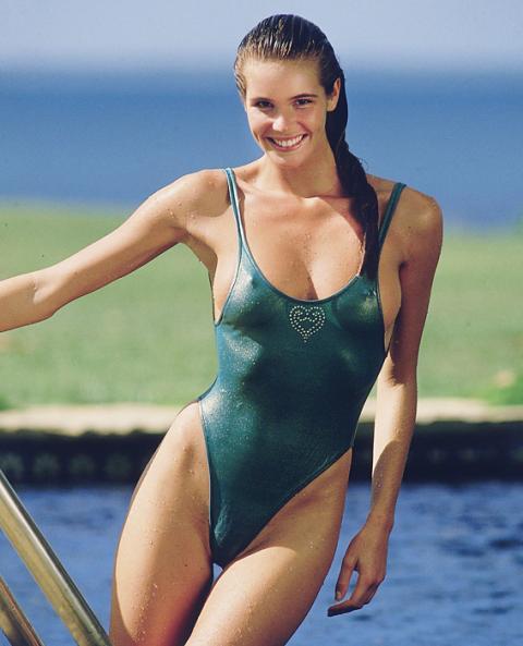 """""""Тялото"""" започва да удивлява модната индустрия още на 24-годишна възраст. Появява се на корицата на Sports Illustrated рекордните пет пъти и е дефилирала по котешката пътечка за дизайнери като: Azzedine Alaïa и John Galliano."""