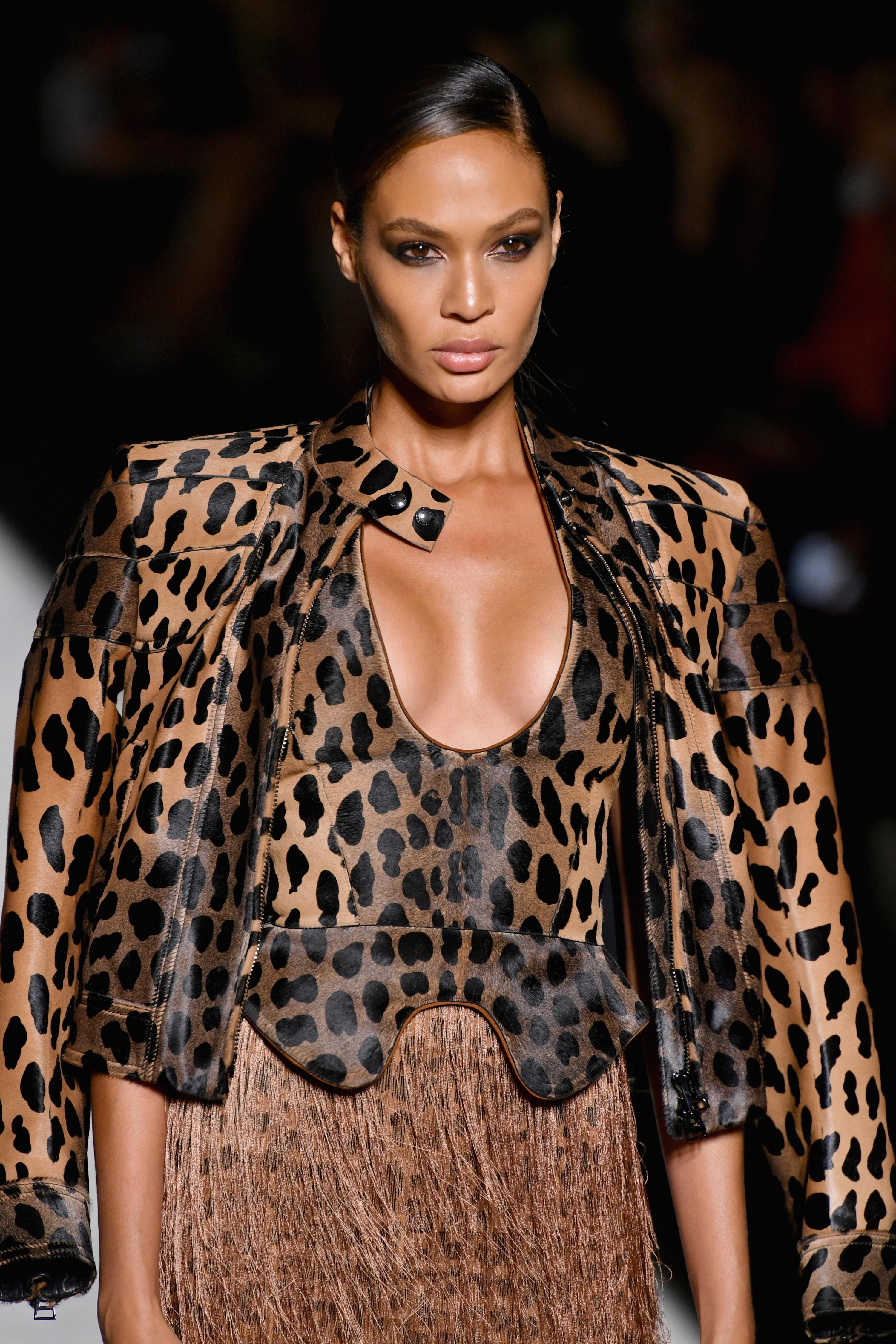Джоан Смолс Джоан в детството си редовно посещава курсове в Пуерто Рико. Въпреки загубата на безброй състезания в сферата на модната индустрия, Смолс се мести в Ню Йорк и по самоинициатива кандидатства в няколко модни агенции, а през 2009 подписва договор с IMG Models. Дебютира като модел през 2010, а днес не можем да си представим безброй ревюта без нейно участие.