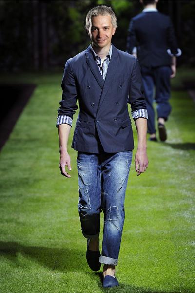 D&Gпролет-лято 2011 Класическият блейзер също е сред дрехите, в които най-често си представяме Део.  Страшна кройка при D&G, която ще му приляга на хубавата фигура. Още един чифт джинси пък никога не е излишен, този пъте с кръпки, малко по-широка кройка и пак с навити крачоли. Твърде дълбоките, широки и дълги панталони, които Део предпочита в ежедневието си,  вече не са сред любимците на модата. Много бихме се радвали, ако видим веднъж в ефир Део в риза и ще му купим поне 10 в бледи пролетни цветове, ако ни покани например на рождения си ден!