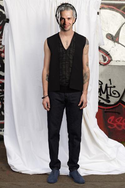 Maison Martin Margielaпролет-лято 2011 Маржела сякаш е създал тази комбинация за Део. Джинсите в класическа кройка, жестоките велурени обувки в сиво-синкав цвят са чудесна основа на мъжкия гардероб през пролетта на 2011-та. Блузата без ръкави не е за всеки, но на Део му приляга на момчешкия имидж.