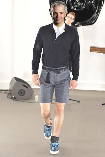 Viktor&Rolfпролет-лято 2011 Е, тук вече силно се надяваме Део да ни чуе и разбере! Елегантен и шик, пък макар и в къси панталони се става лесно, само малко въбражение и вкус му трябва. Прави се с добри панталони, например точно тези Victor&Rolf от чист памук с елегантен ръб и дължина до коляно. Няма нищо страшно мъжете да покажат малко от хубавата си фигура, като се внимава да не е твърде прекалено разбира се. Затова нагоре препоръчваме или хубав едноцветенлек пуловер, например в тъмносиньо, или по този начин с тишърт с дълъг ръкав и риза под него! Чудесно изпълнение, което препоръчваме на всички мъже!