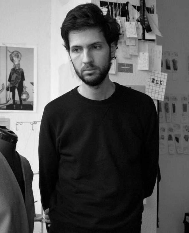 Владимир КаралеевТой е един от най-успешните български дизайнери в чужбина. Живее и работи в Берлин, където показва сезонните си колекции на седмицата на модата в германската столица. Европейската публика приема с охота суровите му дизайнерски модели, а японската направо го боготвори. Обожаваме таланта на този слаб, фин и удивително успешен красив човек.
