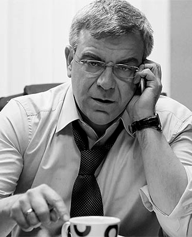 """Владимир ПеневАктьорът спечели симпатиите на феновете на сериала """"Под прикритие"""" с перфектна игра в ролята на Комисар Попов, хитър, с остър ум и изключително многопластов. Дообрият имидж и дългогодишна кариера на Владо в театъра и киното го отведоха до поста Министър на културата в служебния кабинет. Прическата му от деня на встъпването му в длъжност ще остане в аналите."""