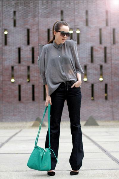 При оптимистичнапрогноза по обядв четвъртък би могла да излезеш по прозрачна риза, дънки тип чарлстони чанта в ярък цвят.За останалите часовеси носи яке.via Style Scrapbook