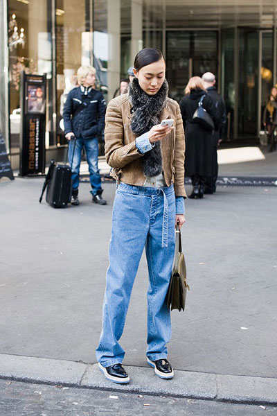 Джинсите на гаджето и новотокожено яке ни сеструват най-подходящатакомпания за натоварената сряда.via Vanessa Jackman