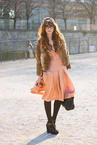 Палтото все още може да се впише в аутфита ти. Например, с най-тънката тикопринена рокляна път за петъчнотопарти. via Vanessa Jackman