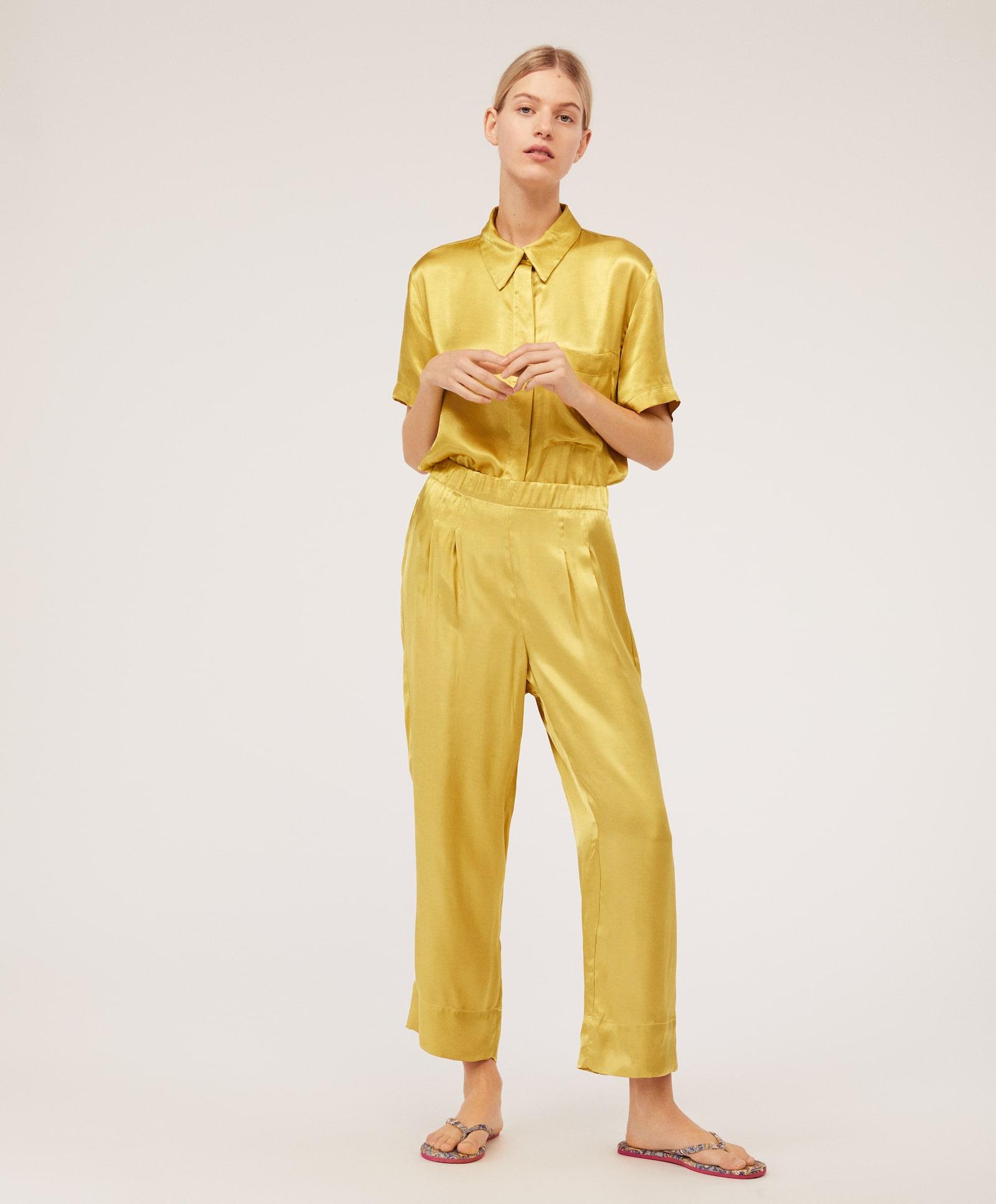 Сатенена пижама от две части Oysho, панталон 55,95лв. и горна част 59,95лв.
