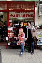 """Албена и Цветелина - усмихнатите пораснали момичета от супермаркета отсреща: А: """"Най-хубавият подарък е добрата компания. Не съм материална личност."""" Ц: """"Всеки е уникален посвоему, нямате нужда от изкуствени мигли, изкуствени вежди, устни и прочее."""""""
