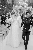 Софи Търнър и Джо Джонас Млади, красиви и много весели, двойката короняса любовта си в класически черен костюм и деликатно изработен булчински тоалет отLouis Vuitton.