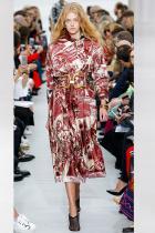 Printed Scarf Възраждането на елегантните шарки на Hermès и екстравагантните принтове на Versace бележи началото на един нов по-буржоазен прочит на копринения аксесоар, който винаги ни е липсвал.