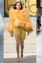 Flirty Feathers Глътка свеж въздух на модния подиум под формата на облак от  couture пера - тотално доминиращи на подиумите на Saint Laurent, Proenza Schouler и Nina Ricci. Специално подбрани в минерални тонове, цялостният ефект е изключително нежен.
