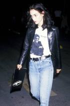 """Коженото сако Модният елемент, придобил голяма част от популярността си най-вече заради поредицата """"Матрицата"""", едно време красеше раменцата на най-големите. Ето, че и сега е ултра тренди да си пременен в този макси практичен силует, подобно на Уинона Райдър и Кейт Мос."""
