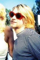Закръглените слънчеви очила Вече са абсолютно навсякъде, всички ги носят, всички ги искат! И НИЕ! Кърт Кобейн беше style icon-ата на 90-те и буквално не излизаше без тях.