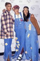 Гащеризонът По възможност от деним, въпреки че в момента големите лейбъли ги предлагат във всевъзможни вариации. През 90-те обаче беше ултра готино да носиш по хашлашки гащеризон, точно като момичетата от бандата TLC.