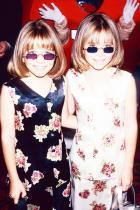 Цветните очила Е, и тези, подобно на кръглите слънчеви очила, са отново back in the game... По възможност вземете вашите с жълти или розови стъкла, а не в тъмно синьо както тези на една от близначките Олсън.