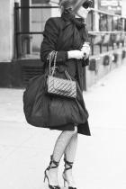 Карин и силното й чувство за мода са в симбиотична и неразделна връзка, а този аутфит е само плод на любовта между двете. Похвала за мрежестия чорапогащник в комбо с обувките.
