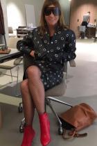 Модерно и забавно. Визията от класическа права пола и спортно яке, декорирани с множество капси, много добре стои на мадмоазел. Много фешън е комбинирането им с мрежа по краката, както и с червените ботушчета. Да, спираме тук, защото смятаме, че чантата вече е изхвърлена от кадъра.