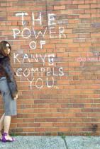 Лейди Карин е избрала много красиво Givenchy палто, съчетано с подходяща като цвят пола. Ситуирана в този сет-ъп, така облечена, Ройтфелд по много фешън начин пристъпва към подбора на обувките. Но, перфектният цвят не е достатъчен да замести ужасяващата височина. По-нисък ток = по-дебел крак.