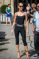Chanel Дебютът за модния маратон в Париж е образът на Chanel - черен прилепнал топ, шорти за колоездене и колан с вериги и монограми на френска Къща. Така че Селин предпазливо ни намекна, че си струва да чакаме изненади за тази Седмица на модата.