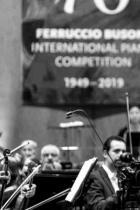 """Емануил Иванов За да спечелиш на 20 години един от най-трудните и престижни клавирни конкурси в света - """"Феручо Бузони"""", Болцано, Италия, означава, че свириш някъде от около 17. Очевидно в случая с невероятно талантливия и чаровен Емануил е имало защо - присъждането на този приз е изключително признание: той се връчва само ако сред участниците има пианист, достоен за него - от учредяването на конкурса през 1949 г. досега 30 пъти не е била присъждана първа награда. Господин Иванов е родом от Пазарджик, пожелаваме на гения му нови успехи, и му благодарим за това, че България има в негово лице още един световен музикант, отличим освен с виртуозна техника, и с невероятни вкус и чувство за стил. сн.: concorsobusoni.it"""