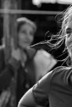 """Светла Цоцоркова Вторият пълнометражен филм на Светла Цоцоркова - """"Сестра"""", спечели специален приз от престижния филмов фестивал в Сан Себастиан преди броени месеци. """"Филмът на Светла Цоцоркова разказва за семейния живот и сестринството; за малките, уж невинни лъжи, които споделят членовете на едно семейство и за начина, по който могат да бъдат преодолени противоречията между близки хора – теми, които са познати на всеки от нас"""", пише Ксавие Анри-Рашид в сп. Варайъти.Освен като режисьор, Светла се изявява още като сценарист, продуцент и актриса, а това далеч не е първото международно признание в кариерата й - със сигурност не е и последното. сн.: Дом на киното"""