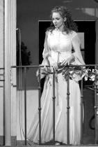 """Светлина Стоянова  Е новата блестяща Розина на Виенската Щатсопер, след Петя Петрова и Веселина Кацарова /другите две българки, изпълнили ролята на Розина в """"Севилския бръснар"""" на Джоакино Росини там/. На 19 октомври бе нейният дебют в перлата на европейския оперен театър - Виенската щатсопер, преди това Светлина печели конкурси, следва в Консерваторията в Глазгоу и шлифова гласа си. В резултат, списание """"Der neue Merker"""" отбелязва: """"Няма съмнение – в центъра на спектакъла бе младото мецосопрано Светлина Стоянова в ролята на Розина!""""Успех и нататък, талантлива Светлина! сн.: NET"""
