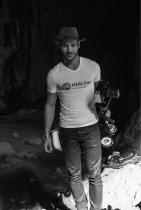 """Стефан Апостолов """"До Лос Анджелис и само напред"""" е животът на Стефан Апостолов. Режисьорът, модел и актьор буквално е """"изстрадал"""" всяка минута от филма си-кауза """"България в 4 сезона"""" - бори се за осъществяването на проекта и то по най-добрия възможен начин в продължение на четири години. Обикаля, снима, търси начини, преговаря - но какво ли са всичките тези усилия в името на една толкова близка до сърцето на синеокия пловдивчанин кауза? В каузата на Стефан се откриват още Йордан Йовчев, Сани Жекова, Ивет Лалова, Станка Златева, ансамбълът по художествена гимнастика, Петър Стойчев, Николай Бухалов, големият Васил Михайлов - все Красавци.Лентата е приета с голям успех в Холивуд, също и в родния на Апостолов Пловдив, а в края на годината ще бъде представен и в Facebook. Вдъхновяващ, мотивиращ, впечатляващ! сн.: Facebook"""