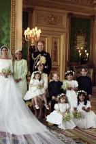 Тя първа? Никога! Освен, че ще трябва да следи постоянно да седи до съпруга си принц Хари, Меган ще трябва да наблюдава кой и кога влиза в помещението, защото според кралските правила си има строга йерархия за това и тя е както следва: Кралица Елизабет, принц Филип, принц Чарлз, Камила, принц Уилям, Катрин и чак тогава принц Хари и Меган.