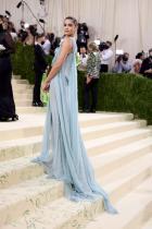 Тейлър Мари Хил в Versace
