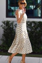 Мелания Тръмп На тазгодишните избори за президент на САЩ, Мелания Тръмп гласува в убийствен Gucci ансамбъл от рокля с плисета и характерния за марката принт на вериги, бежови обувкиChristian Louboutinи луксозна Birkin - чантата на Hermes, която няма как да сбъркаме.