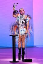 Лейди Гага Тази жена е цяло течение в модния свят. На MTV наградите Гага показа на всички как правилно се спазва дистанция през 2020 и как се носят маските по най-стилния възможен начин. Освен феноменалния дизайн за Гага от Iris Van Herpen, тя срази всички с поръчкова кожена маска за лице, силно наподобяваща намордник.